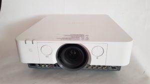 Prednja strana - ulazi projektora SONY VPL-FH35